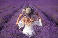 Achtermening van Jonge blonde vrouw op lavendelgebied Gelukkige onbezorgd royalty-vrije stock foto