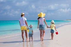 Achtermening van jonge familie met twee jonge geitjes op Caraïbische vakantie Stock Afbeelding
