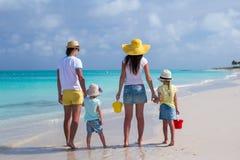 Achtermening van jonge familie met twee jonge geitjes op Caraïbische vakantie Stock Fotografie