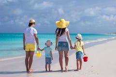 Achtermening van jonge familie met twee jonge geitjes op Caraïbische vakantie Royalty-vrije Stock Foto