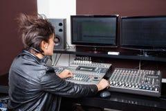 Achtermening van Jonge Vrouw die Audio mengen royalty-vrije stock fotografie