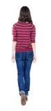 Achtermening van lopende vrouw in rode sweater Stock Foto's