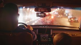 Achtermening van mensen drijfauto op weg van stad in avond stock videobeelden