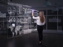 Achtermening van onderneemster die met virtueel paneel werken stock fotografie