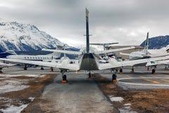 Achtermening van privé stralen, vliegtuigen en helikopters in de luchthaven van StMoritz Engadin Zwitserland in de alpen Stock Afbeeldingen