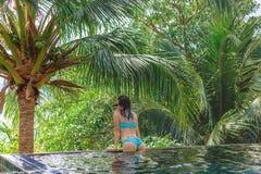 achtermening van sexy meisje in bikini het leunen stock fotografie