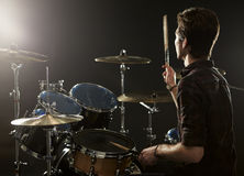 Achtermening van Slagwerker Playing Drum Kit In Studio Stock Afbeeldingen