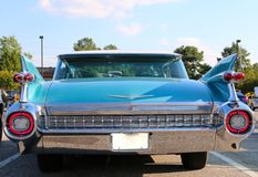Achtermening van smaragdgroene blauwe Cadillac-sedan Royalty-vrije Stock Foto's