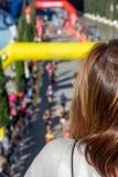 Achtermening van vrouw die van hoge mening van marathongebeurtenis genieten royalty-vrije stock afbeeldingen