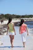 Achtermening van Vrouwen die bij het Strand lopen Stock Foto's