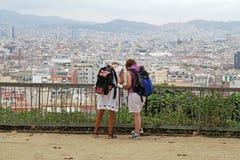 Achtermening van vrouwen die kaart op de achtergrond van Barcelona bekijken Royalty-vrije Stock Fotografie