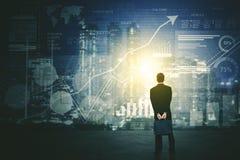 Achtermening van zakenman die het futuristisch HUD-interfacescherm met behulp van royalty-vrije stock afbeeldingen