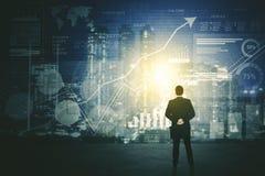 Achtermening van zakenman die het futuristisch HUD-interfacescherm met behulp van stock illustratie