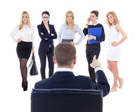 Achtermening van zittings de bedrijfsmens die nieuwe secretaresse of assi kiezen Stock Afbeeldingen