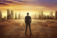 Achtermenings Aziatische zakenman die droog landeffect van clima kijken royalty-vrije stock foto