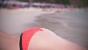 Achtermenings mooi jong meisje bij de strandrug het dragen van rode bikini tropische vakantie Sluit omhoog stock foto