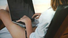 Achtermeningsclose-up van gelukkige succesvolle vrouwelijke freelance arbeider die aan laptop mobiel bureau op exotisch overzees  stock video