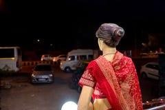 Achtermeningsledenpop die rode Sari dragen Stock Foto's