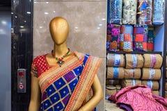 Achtermeningsledenpop die rode Sari dragen Royalty-vrije Stock Fotografie
