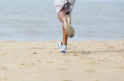 Achtermeningsmannetje jogger bij het strand Stock Foto's
