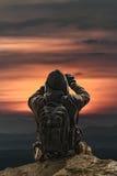 Achtermeningsmens die Foto's van Zonsondergang nemen Royalty-vrije Stock Foto
