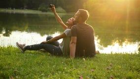 Achtermeningsportret van Leuk Meisje en Haar Vriend het Besteden Tijd samen in het Stadspark dichtbij het Meer Gelukkig Paar stock video