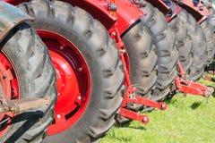 Achtermeningsrij van tractorwielen Stock Foto's