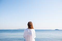Achterportretvrouw met krullend haar bij het overzees Royalty-vrije Stock Foto's