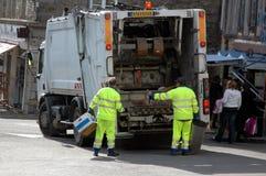 Achterrubbers die vuilnisbakken verzamelen stock afbeelding