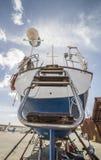 Achterschip van Zeilboot op droogdok wordt vastgelegd dat stock foto's