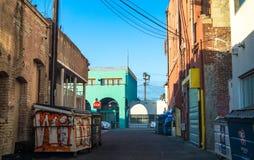 Achtertuin van de schilderachtige huizen op het Strand van Venetië Smalle straten en graffiti op huizen stock foto's