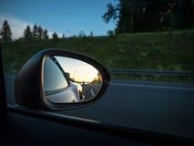 Achteruitkijkspiegel met zonsondergang Stock Afbeeldingen