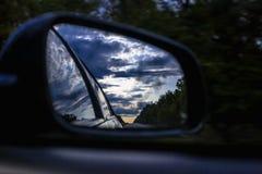 Achteruitkijkspiegel van de auto en de donkere hemel Royalty-vrije Stock Fotografie