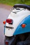 Achtervleugel en koplamp van blauwe retro autoped stock fotografie