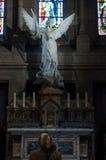 Achtervrouw die in kerk bidden Royalty-vrije Stock Foto's