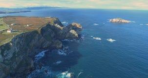 Achterwaartse beweging in een satellietbeeld die zich langs de kust bewegen stock video