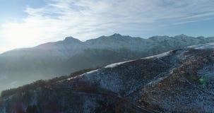Achterwaartse lucht hoogste mening over weg van de de winter de sneeuwberg in zonnige dag Witte van de de bergenstraat van Alpen  stock footage