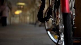 Achterwiel van fiets op straat stock video
