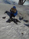 Achtjähriges Kind in einem Matrosen im Winter, zum einzuziehen lizenzfreie stockfotografie