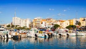 Achts im Hafen der typischen Mittelmeerstadt Stockfotografie