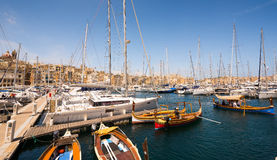 Achts und Boote in der Bucht nahe Valletta Lizenzfreie Stockbilder