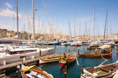 Achts und Boote in der Bucht nahe Valletta Lizenzfreie Stockfotos