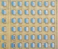 Achtundvierzig Fenster auf Weinlesegebäude Lizenzfreies Stockbild