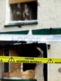 Achtung-Gefahrstoff-gelbe Polizei nimmt auf Band auf Stockfotos