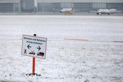 Achtungs-Platte in München-Flughafen MUC Lizenzfreies Stockfoto