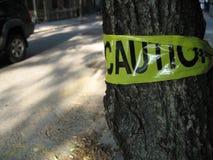 Achtungzeichen auf Baum Stockfoto
