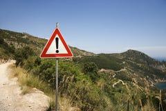 Achtungzeichen auf KüstenSchotterweg. Stockbilder