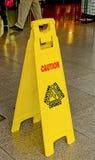 Achtungzeichen auf nassem Fußboden Stockfotografie