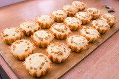 Achtzehn frisch gebackene Muffins angefüllt Stockfotos