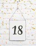 18 achtzehn Jahre alte Geburtstagsfeierkarten-Text mit goldenem confe Stockbild
